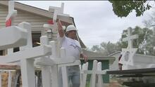 59 cruces de madera para honrar a las vícitmas de Las Vegas, el homenaje de un carpintero de Illinois