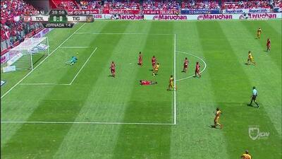 Alfredo Talavera le roba el gol a Ismael Sosa