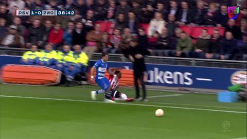 ¡Vaya reflejos! Van Bommel evitó de gran forma una barrida de su jugador