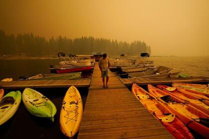 Este centro de Kayaks en el lago Shaver debió cancelar sus actividades durante el feriado de 'Labor Day', debido a la intensa nube de humo del incendio Creek. <br>