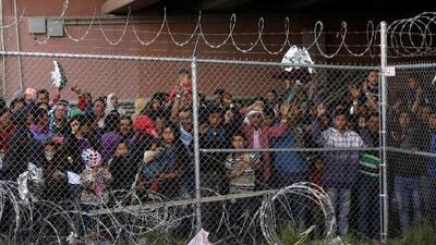 Colapsos en albergues obligan a las autoridades a dejar en libertad a miles de indocumentados en la frontera