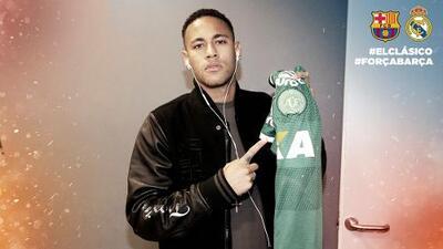 Neymar muestra la camiseta del Chapecoense antes del clásico español