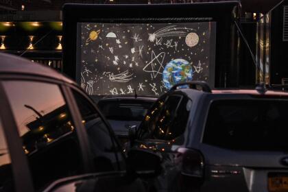 Tal es el caso de Bel Aire Diner, un popular restaurante en Astoria, Queens, que convirtió su estacionamiento en un autocine.