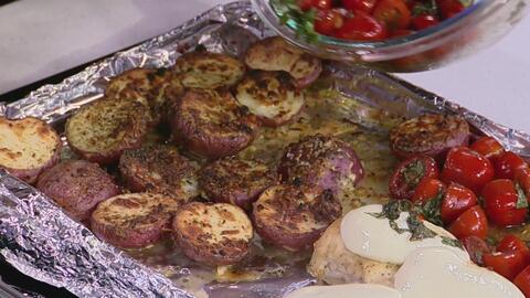 Receta de 'Pechugas de pollo con papas' cocinadas al mismo tiempo en una bandeja