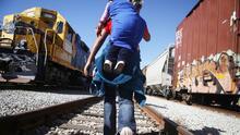 Limitan los cruces de trenes con mercancías desde México ante el aumento de migrantes que intentan cruzar la frontera