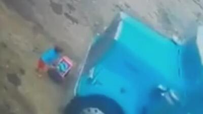 El escalofriante momento en que un camión atropelló a un niño mientras jugaba en Perú