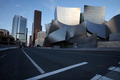 Esta es la vista de la magnífica arquitectura del Walt Disney Concert Hall, diseñada por Frank Gehry. De no ser por el coronavirus una toma como esta en un horario regular hubiera sido imposible.