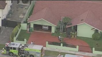 Rescatan a dos ancianos que estaban inconscientes en medio de un incendio en una vivienda de Miami-Dade