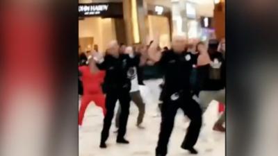 En video: El sorpresivo baile navideño de dos policías en un centro comercial