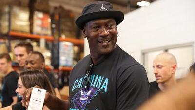 Michael Jordan dona $1.1 millones a la escuela secundaria de la que se graduó en Carolina del Norte
