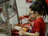 Más sal y más harinas blancas: las nuevas reglas de nutrición para comedores escolares que impulsa el gobierno de Trump