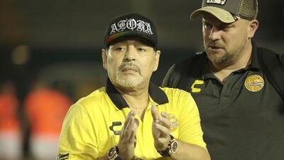 Maradona entrega dinero reunido para damnificados en Sinaloa