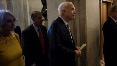 Republicanos continúan con la idea de revocar Obamacare y McCain regresa al Capitolio