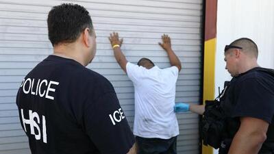 Cómo fue el 'modus operandi' de la redada de ICE en una fábrica en el norte de Texas
