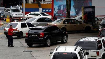 Cierran decenas de estaciones de gasolina en la capital de Venezuela por falta de combustible