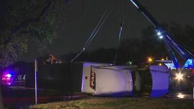 Camión derribado por los fuertes vientos en Irving