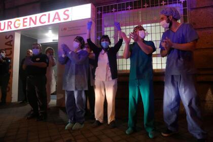 <b>Aplausos al personal médico. </b>Trabajadores del Hospital Universitario La Princesa, en Madrid, España, salen a la calle para agradecer los aplausos que los residentes de la ciudad les dieron desde las ventanas. En este país hay más de 30,000 infectados y la población está en cuarentena desde hace varios días. 21 de marzo. <br>