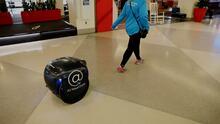 Robot entrega comida a los pasajeros del aeropuerto de Filadelfia