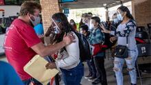"""""""Solo tengo alegría y le doy gracias a Dios"""": continúa el ingreso a EEUU de inmigrantes varados en México"""