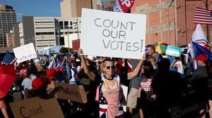Juez de Maricopa cuestiona la transparencia de los auditores contratados por el Senado para el recuento de boletas electorales