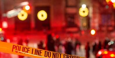 Un hombre es acusado de asesinar con un machete a su padre y madrastra tras hallarlo presuntamente abusando de una menor