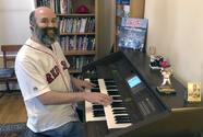 Organista de los Boston Red Sox evoca el beisbol desde su casa