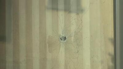 Sujeto intenta ahuyentar a ladrones desde la ventana de su casa, pero los sospechosos abren fuego y matan a su pareja