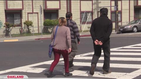 Exigen mayor seguridad para peatones en Oakland tras el atropellamiento mortal de una madre y su pequeño hijo