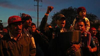 Tensión en la frontera con Tijuana luego de que un grupo de la caravana de migrantes marchara a la garita
