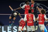 Paris Saint Germain golea al Reims 4-0 durante la penúltima Jornada de la Ligue 1. Neymar abrió el marcador cobrando un penal, seguido de Kylian Mbappé (24'), Marquinhos (68') y Moise Kean (89'). El conjunto parisino se encuentra a un solo punto del Lille y todo será definido en la última fecha.