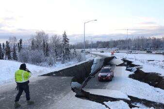 Terremoto de 7.0 grados en Alaska: Autopista se desploma, pero esta camioneta resultó ilesa