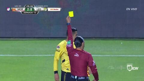 Tarjeta amarilla. El árbitro amonesta a Aldo Rocha de Monarcas Morelia