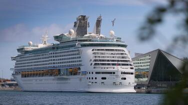 Gobernador de Florida establece una demanda federal para que los cruceros operen nuevamente