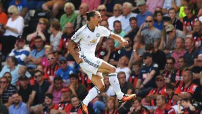 El United de Mourinho se estrenó en la Premier venciendo al Bournemouth con gol de 'Ibra'