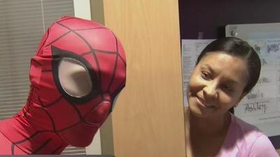 Para llenar de alegría a los niños con graves enfermedades, superhéroes visitan el Holtz Children's Hospital de Miami