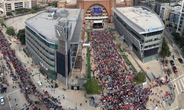 "En fotos: El ambiente en el American Airlines Center antes del evento de campaña de Trump ""Keep America Great"" en Dallas"