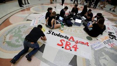 Corte de Apelaciones respalda toda la ley antisantuario SB4 de Texas, menos una palabra