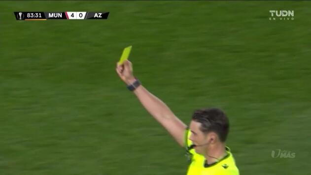 Tarjeta amarilla. El árbitro amonesta a Teun Koopmeiners de AZ