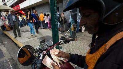 Sin billetes nuevos ni viejos: se agudiza el caos en Venezuela por la falta de efectivo