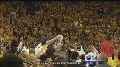 Aficionados celebran la victoria de los Golden State Warriors