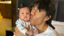 Adrián Uribe presume su nueva rutina de ejercicios junto a su hija Emily