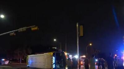 Un joven conductor pierde la vida tras estrellarse de forma violenta contra un autobús
