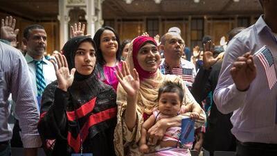 Nuevo reglamento sobre 'carga pública' amenaza con negar la residencia y la ciudadanía a miles de inmigrantes en EEUU