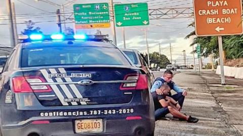 Conmovedora imagen muestra a policía consolando a un hombre en la carretera
