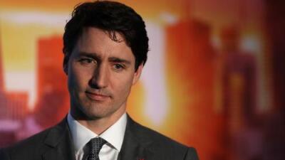 Cómo Justin Trudeau pasó de ser un 'encantador' político canadiense a estar hundido en un escándalo