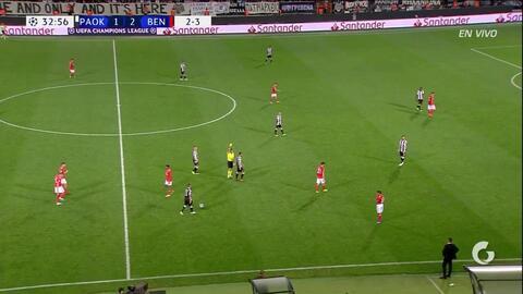 Tarjeta amarilla. El árbitro amonesta a Mauricio de PAOK Salonika