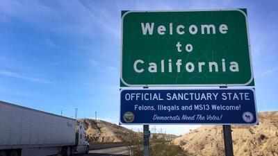 Instalan mensajes satíricos en autopistas de California al entrar en vigor la ley de estado santuario