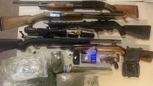 Arrestan sospechoso por violaciones relativas a armas y drogas