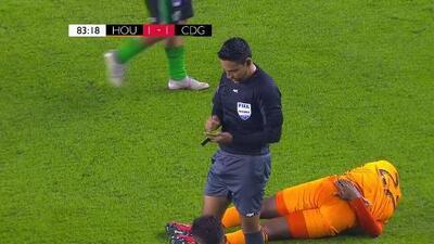 Tarjeta amarilla. El árbitro amonesta a Omar Domínguez de Guastatoya