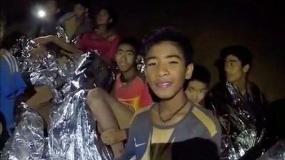 Entrenador se disculpa por llevar a los 12 niños a la cueva de Tailandia donde están atrapados